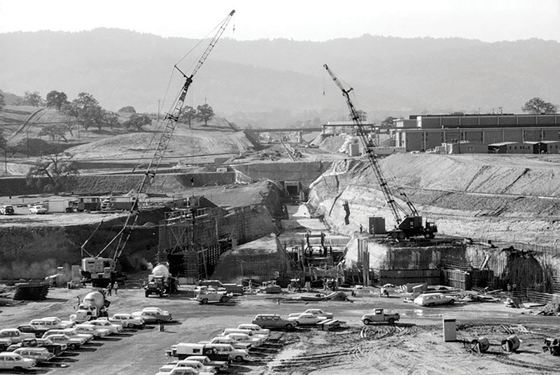 Construction of the accelerator tunnel and experimental stations with the Interstate 280 overpass in the background, 1964. Photo courtesy of SLAC National Accelerator Laboratory.